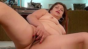 Chunky gilf love goddess gets hot...