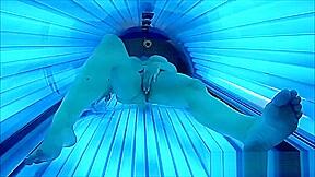 Geiles girl masturbiert im offentlichen solarium mit gefilmt...