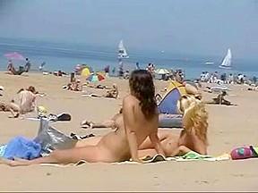 Deux copines minces font du nudisme sur une...