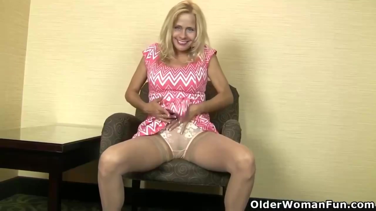 American mature blonde, Payton Leigh made an erotic video of herself, while she was masturbating
