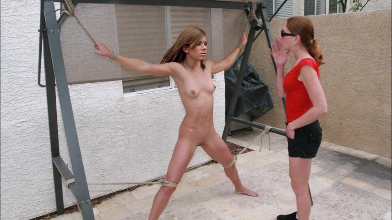 Nikki Sanderson  nackt